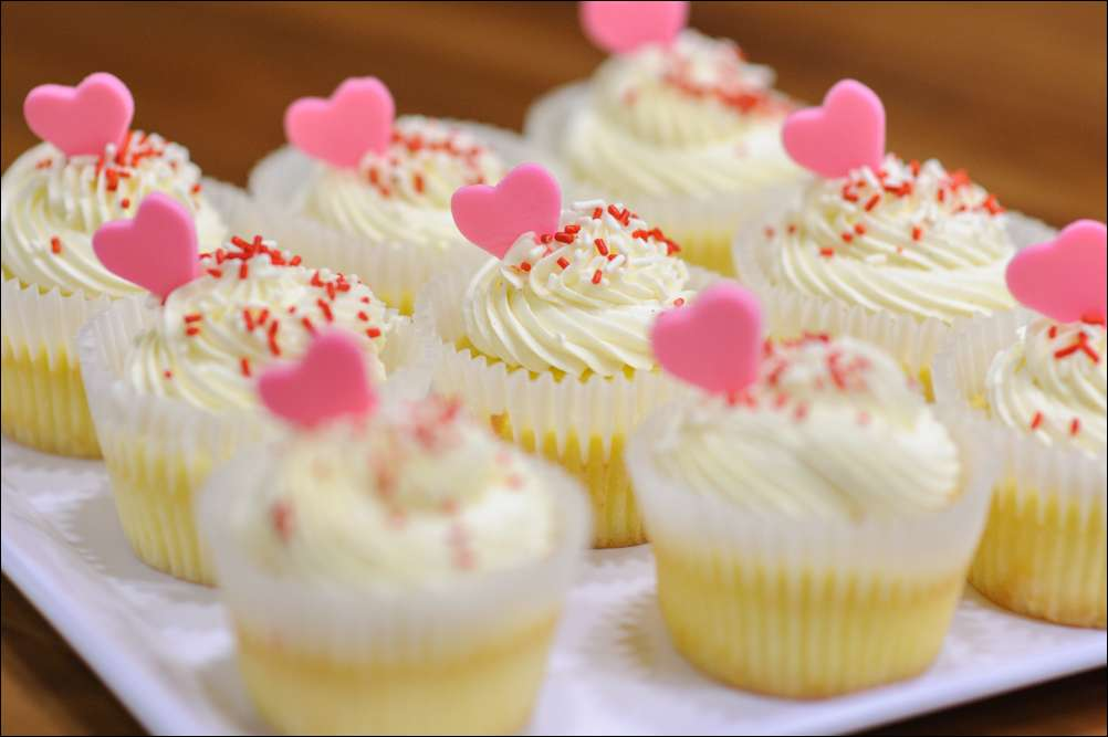 Valentine White Chocolate Raspberry Cupcakes with Pink Fondant Hearts ...